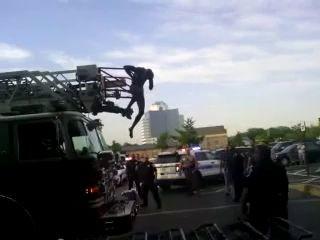 Голый прыгает на пожарке