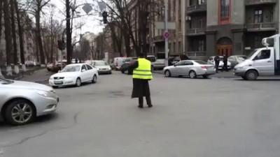 В Киеве активист Самообороны регулирует движение на перекрестке.