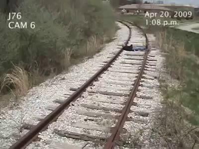 Мужика сбило поездом