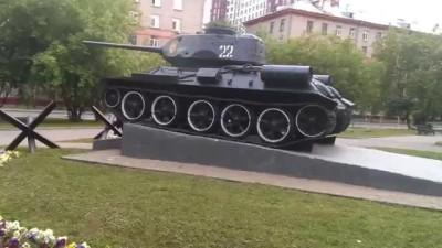 Вандалы раскрасили танк - памятник
