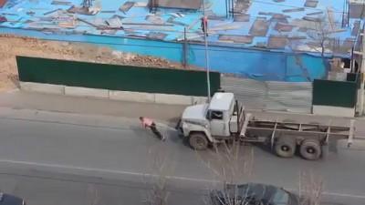 Мужик, запряженный в грузовик