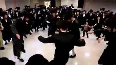 Евреии пляшут.