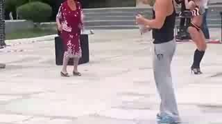 Бабуля зажигает под музыку