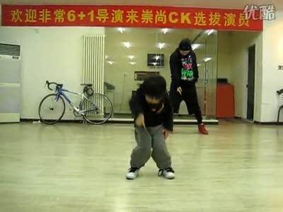 Мальчик классно танцует