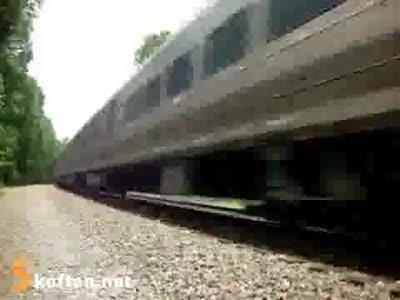 Упал на рельсах перед поездом