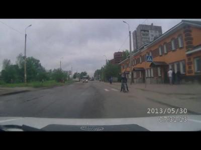 Велосипедист переходит пешеходный переход