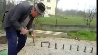 86 летний пенсионер раскалывает огромный камень