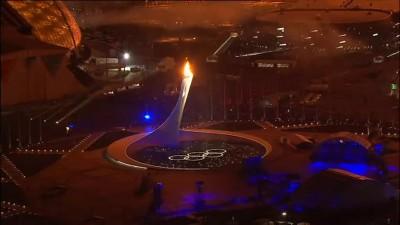 Фонтан у Олимпийского огня.