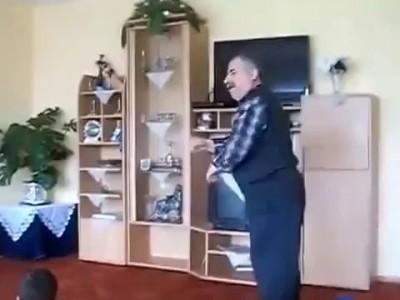 дед танцует