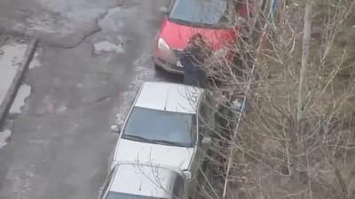 В Казани прохожий «помог» женщине выехать с парковки, протаранив забор и разбив две машины