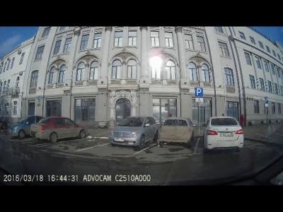 Не хороший человек стукнул машину и свалил.