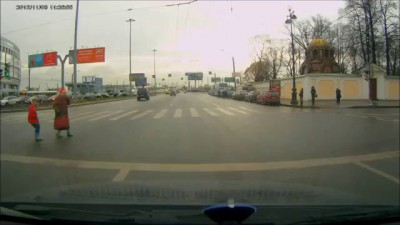 Подставщик на Mercedes пропускает на красный