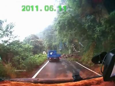 Оползень свалил грузовик в пропасть