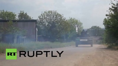 Ukraine: Anti-Kiev IFV drives through Slavyansk, shoots at Ukrainian forces