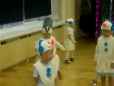 Четкий снеговик на утренике в детском саду