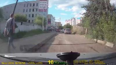 Беспредел в Воронеже!!! Осторожно неадекваты!!! Встречка!!! Автохамка разбила стекло!!!