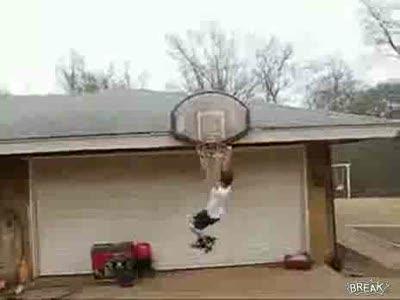 Щит упал на начинающего баскетболиста