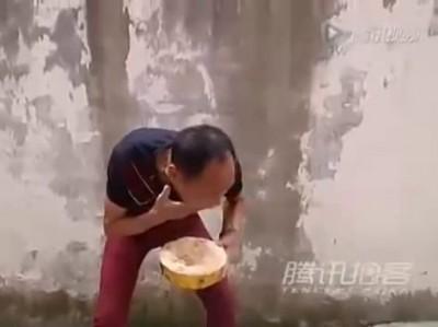Мастер кунг-фу поджигает дыханием опилки во рту