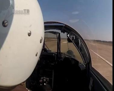 Летчик сажает боевой истребитель на трассу М1