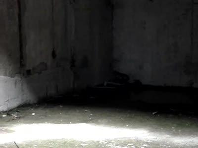 Бросок гранаты: видны летящие осколки