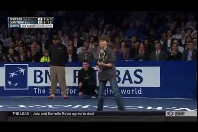 Школьник закинул свечку за шиворот Роджеру Федереру