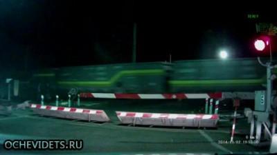 Поезд насмерть сбил двух человек.