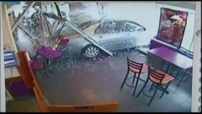 Женщина перепутала скорости и заехала в пончиковую .