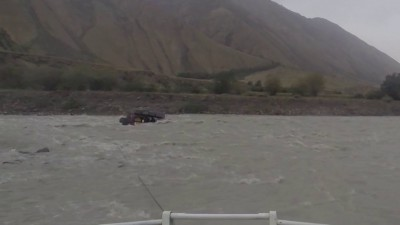 Утопили джип в горной реке.