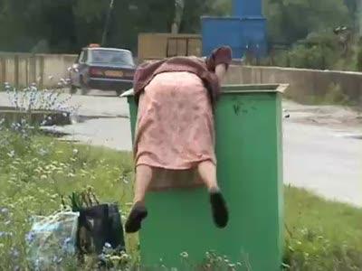 Бабушка и мусорный контейнер