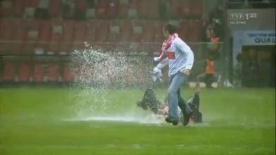 Фанаты прорвались на поле Польша - Англия