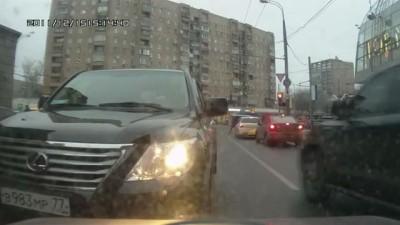 Ведерочник не пропустил Lexus на встречной