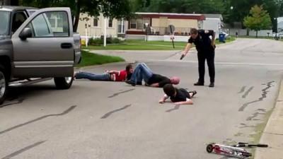 Полицейский издевается над семьей