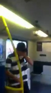 Австралийские вандалы-подростки разукрашивают поезд