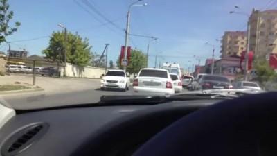 Как в Махачкале уступают дорогу скорой помощи
