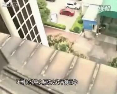 Ребёнок прыгнул из окна квартиры, насмотревшись в тв что зонтик может быть как парашют ...
