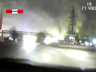Бухой водила 500 метров везёт ГАИшника на капоте. Real video