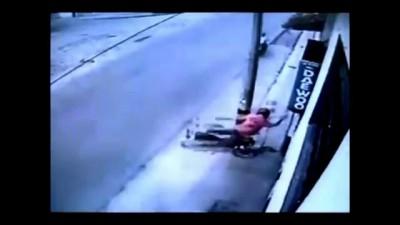 Неубиваемый колумбийский мотоциклист