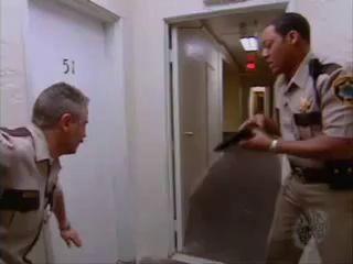Как выбивают двери американские полицейские