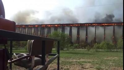 Деревянный мост горит и рушится