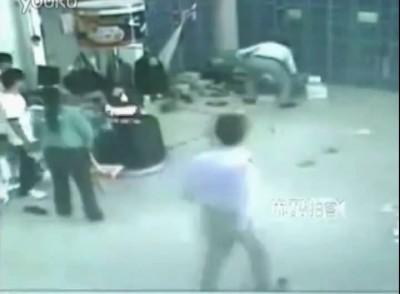 Коляска с товарам сорвавшись по эскалатору убила женщину . Китай