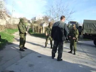 Украинский мичман общается с вежливыми в Крыму