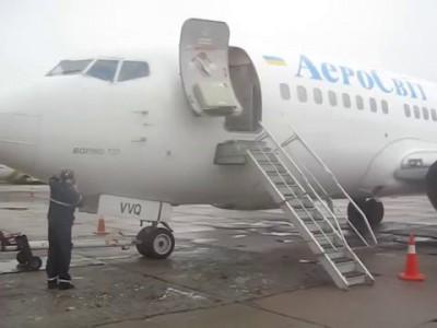 """Редчайшие кадры - мойка двигателя Боинга 737 """"АэроСвита""""!"""