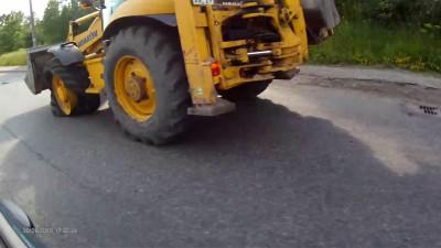 трактор на аварийном колесе
