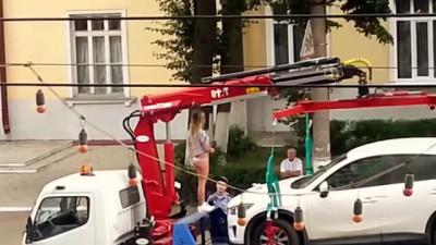 Прикол - девушка устроила стриптиз на эвакуаторе