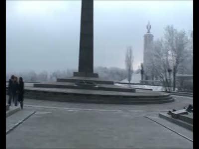 Идиоты оскверняют памятник солдатам