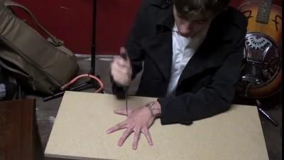 Нож и пальцы