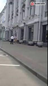 Мужчина бьет окна в здании Администрации Омска (04.08.2015)