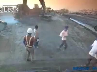 Экскаватор уничтожает грузовик