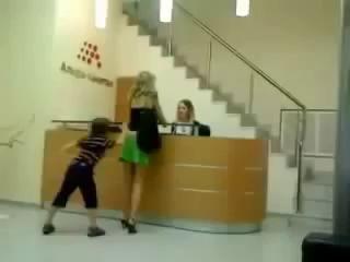 Трудный ребенок сорвал с мамы юбку