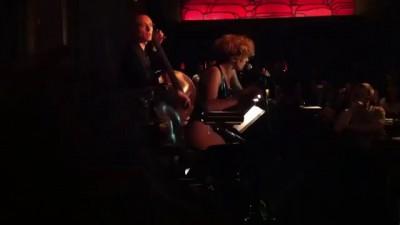 Lady Gaga исполняет джаз в Park Hyatt Tokyo. Бар New York. 2012 год